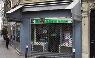 Illustration d'une librairie fermée à Paris en raison du reconfinement.