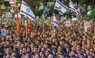 Des milliers d'Israéliens rassemblés à Tel Aviv, le 31 octobre 2015, pour commémorer le 20e anniversaire de la mort du Premier ministre Ytzhak Rabin assassiné le 4 novembre 1995