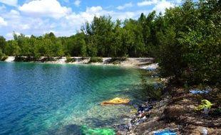 Eaux turquoises, écrin verdoyant, le lac des Ciments, dans le Val d'Oise, semble de loin un paradis inattendu. Mais cet été la mort de trois personnes qui s'y sont noyées a relancé la bataille entre préfecture et environnementalistes sur l'avenir de cette retenue d'eau nichée dans une ancienne carrière de craie