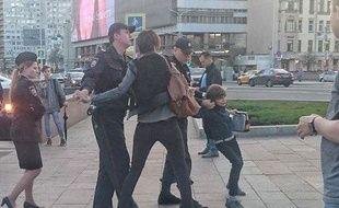 Un enfant violemment arrêté en Russie parce qu'il lisait de la poésie dans la rue
