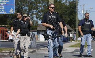 Des policiers patrouillent à Tampa, en Floride, le 14 novembre 2017, après un nouveau meurtre dans la matinée.
