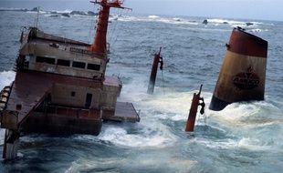 L'épave de l'Amoco Cadiz, échoué au large de Portsall, dans le Finistère, en 1978.