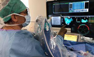 A l'hôpital nantais du Confluent, le docteur Selim Abbey traite un patient avec l'aide du logiciel développé par Volta medical