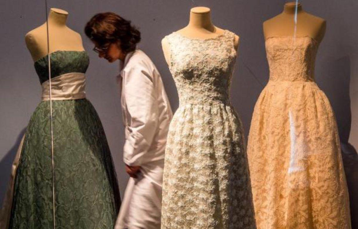 Des robes du célèbre créateur de mode Cristobal Balenciaga présentées le 15 avril 2015 à la Cité de la dentelle et de la mode de Calais – PHILIPPE HUGUEN AFP