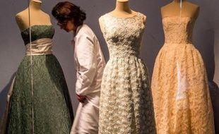 Des robes du célèbre créateur de mode Cristobal Balenciaga présentées le 15 avril 2015 à la Cité de la dentelle et de la mode de Calais