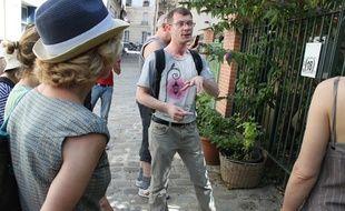 Vincent, guide touristique d'Alternative urbaine, fait découvrir à son public le passage des Soupirs dans le XXe arrondissement.