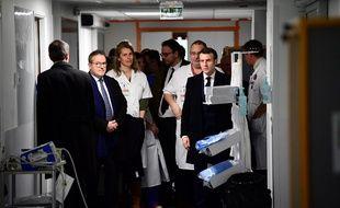 Emmanuel Macron lors de sa viste à l'hôpital de la Pitié-Salpêtrière, le 27 février 2020.