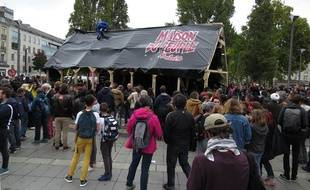 La «maison dupeuple» en bois a été dressée près de la préfecture à Nantes le mardi 10 octobre 2017.