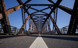 Un pont sur le Rhin à la frontière franco-allemande à Roppenheim.
