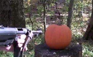 Pioche, parpaing, fusil mitrailleur... Un Américain utilise tous les moyens possibles pour zigouiller des citrouilles.