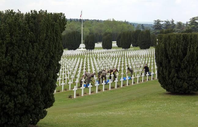 Des militaires nettoient le cimetière avant les commémorations officielles de la bataille de Verdun, le 17 mai 2016.