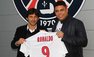 L'ancien joueur brésilien Ronaldo avec le directeur sportif du PSG, Leonardo, le 10 janvier 2012.