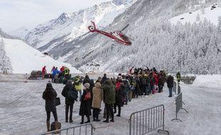 L'évacuation de la station alpine de Zermatt, en Suisse, a démarré par hélicoptère