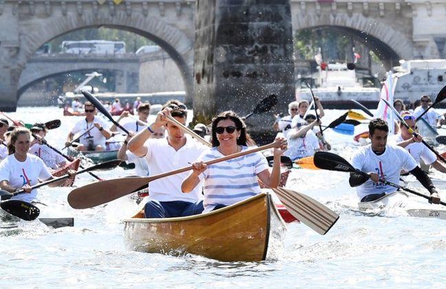 Tony Estanguet, co-président de Paris 2024, et Anne Hidalgo, maire de Paris, rament ensemble lors des journées olympiques du 23 juin 2017.