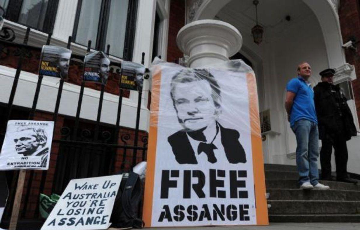 """Le président équatorien Rafael Correa a tenu lundi à Quito une réunion avec son ambassadrice rentrée du Royaume-Uni, Ana Alban, afin d'étudier """"toutes les implications"""" de la demande d'asile déposée par le fondateur de WikiLeaks, Julian Assange. – Carl Court afp.com"""
