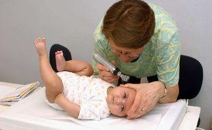Un bébé en visite médicale.