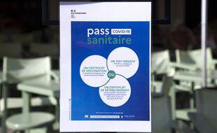Une affiche du pass sanitaire, ici à Cannes.