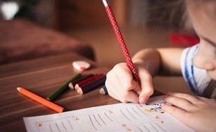 Illustration d'un enfant faisant du coloriage.