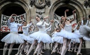 Des danseuses de l'Opéra de Paris en grève