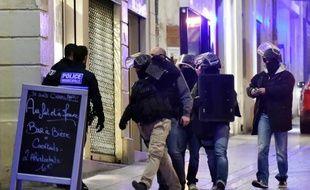 La police arrive sur le lieu du braquage dans une bijouterie du centre de Montpellier où deux femmes sont retenues en otage le 9 janvier 2015