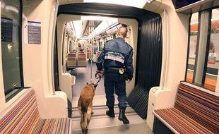 Un agent de sécurité avec un chien dans le métro parisien.