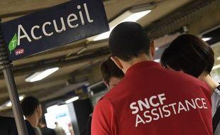 Du personnel d'assistance en gare de Montparnasse, le 28 juillet 2018.