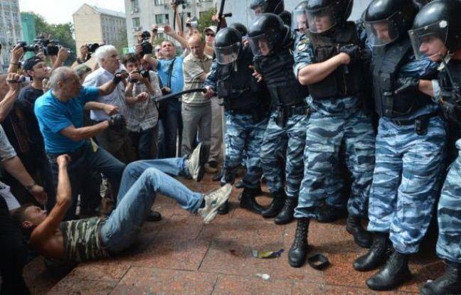 La police ukrainienne a tiré des gaz lacrymogènes sur des opposants qui manifestaient mercredi à Kiev contre une loi controversée sur la langue russe dans cette ex-république soviétique, poussant le président à convoquer les leaders du Parlement pour régler la crise politique.
