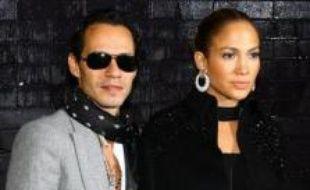 """Aux côtés de son mari, le chanteur Marc Anthony, la chanteuse pop a déclaré: """"Marc et moi attendons un enfant"""", selon des images diffusées par des télévisions locales."""