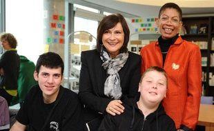 George Pau-Langevin et Marie-Arlette Carlotti avec des adolescents en situation  de handicap a l'ecole, le 16 octobre 2013.