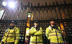 Des policiers devant le Parlement britannique durant le vote en faveur de frappes aériennes en Syrie, à Londres le 2 décembre 2015.