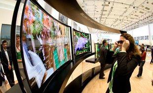 Une femme regarde un écran à la 53e foire de l'IFA à Berlin, le 5 septembre.