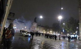 Une voiture de police a été incendiée dans la nuit de vendredi à samedi en marge des réunions #NuitDebout, sur la place de la République à Paris.