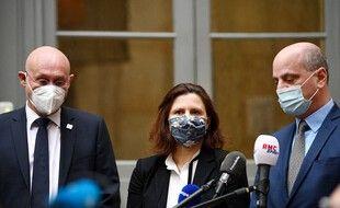 Bernard Laporte, Roxana Maracineanu et Jean-Michel Blanquer sur les marches du ministère de l'Education nationale.