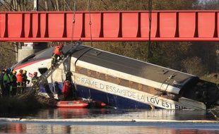 Strasbourg, le 15 novembre 2015. - Opération de levage de la motrice du TGV Est accidenté dans le canal de la Marne au Rhin. L'accident survenu le 14 novembre a fait onze victimes.
