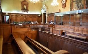 Le procès doit durer jusqu'au 11 octobre dans la salle Voltaire de la cour d'assises de Paris.