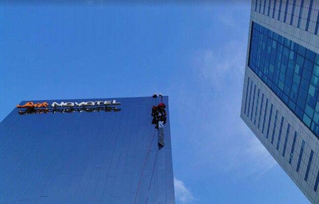 Intervention sur la façade du Novotel où un élément de façade menaçait de chuter d'une trentaine de mètres.