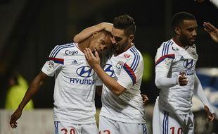 Clinton Njie, auteur de son premier but en L1 face à Lorient, est félicité par deux autres jeunes formés à l'OL, Jordan Ferri et Alexandre Lacazette.  JEFF PACHOUD / AFP