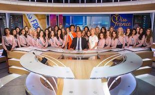 Les 33 prétendantes au titre de Miss France, sur le plateau du JT de 13h de TF1.