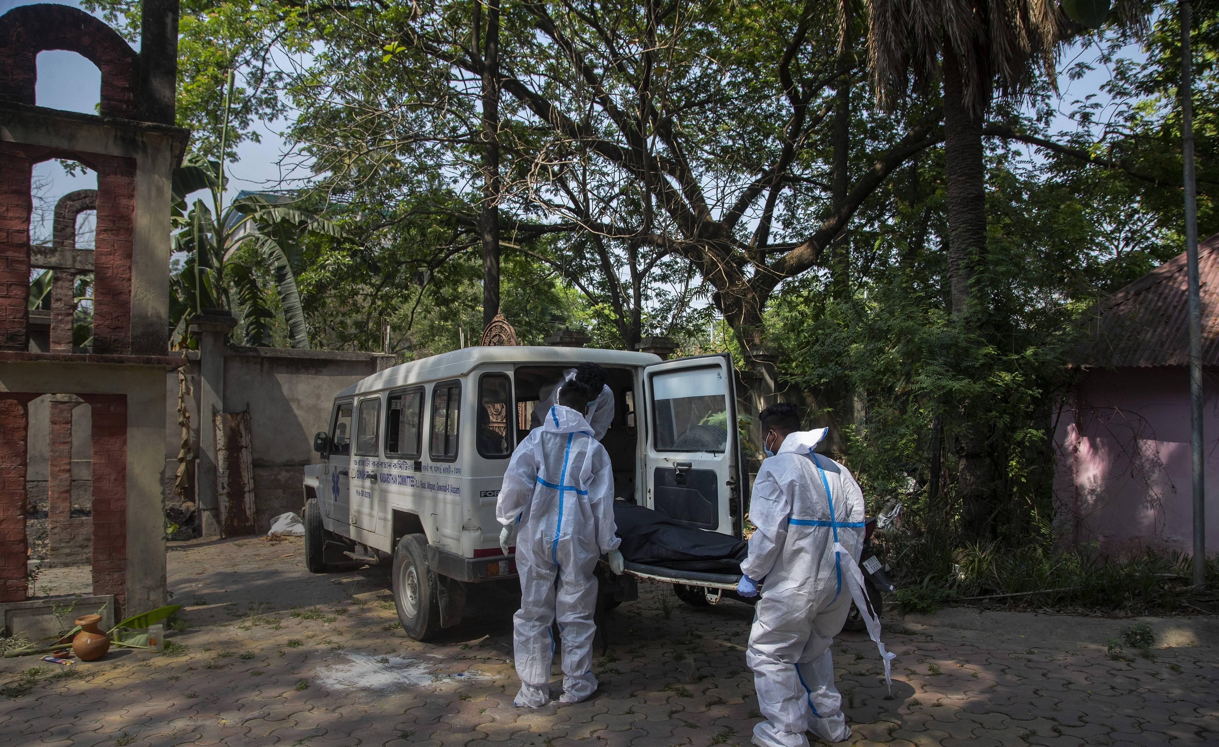Des employés des services mortuaires en Inde.