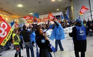 Des agents de sûreté aéroportuaire en grève à l'aéroport de Roissy, le 21 décembre 2011.