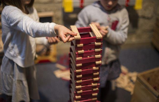 Deux petites filles construisent ensembles un oiseau au centre Kapla de Paris.