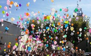 Environ 200 personnes ont procédé à un lâcher de ballons à l'appel du Collectif Antoine, mobilisé depuis 6 mois pour retrouver le jeune homme disparu à Clarensac, dans le Gard