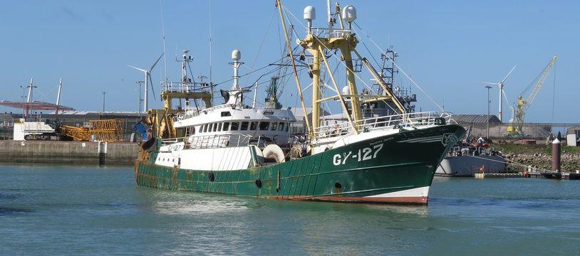 Un bateau de pêche dans le port de Boulogne-sur-Mer
