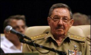 Le président Fidel Castro n'est pas apparu samedi à l'ouverture du défilé militaire donné en son honneur sur la place de la Révolution à La Havane, quatre mois après une lourde intervention chirurgicale qui l'a conduit à céder le pouvoir à son frère Raul.