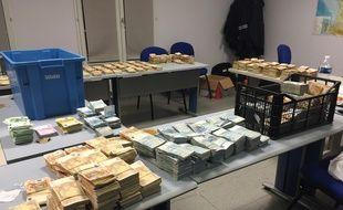 Saisie de près de deux millions d'euros au péage du Perthuis par les douaniers.