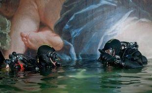 Parallèlement aux préparatifs pour le pompage, les opérations de recherche des corps des victimes se poursuivent et les plongeurs militaires ont ouvert un nouveau trou dans la coque du bateau.