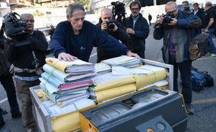 """Des dossiers amenés au tribunal à l'ouverture du procès """"Mafia Capitale"""", le 5 novembre 2015 à Rome"""
