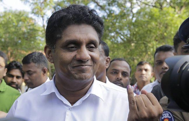 Le candidat Sajith Premadasa montrant la marque sur son doigt comme preuve de son vote le 16 novembre 2019.
