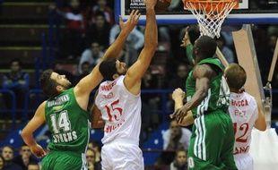 Le Panathinaïkos, tenant du titre en Euroligue messieurs de basket, n'a pas eu à forcer lors de la première journée du Top 16 en étrillant Milan (78-57), jeudi en Lombardie.
