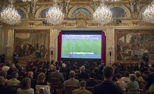 Diffusion du premier match de l'équipe de France au Brésil, contre le Honduras, pour François Hollande et les médaillés de Sotchi, à l'Elysée le 15 juin 2014